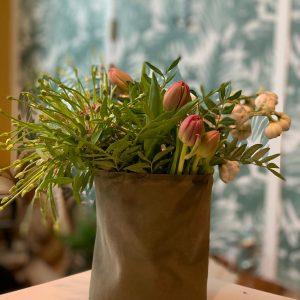 Leren pot gevuld met bloemen